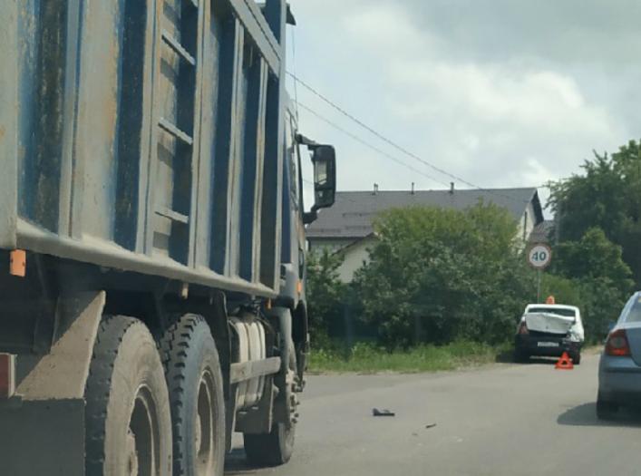В Брянске на улице Красный маяк КамАЗ протаранил такси