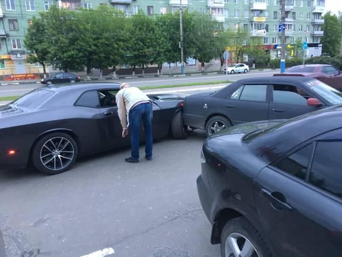 В Брянске перед ТРЦ «БУМ Сити» попал в аварию Dodge из Армении