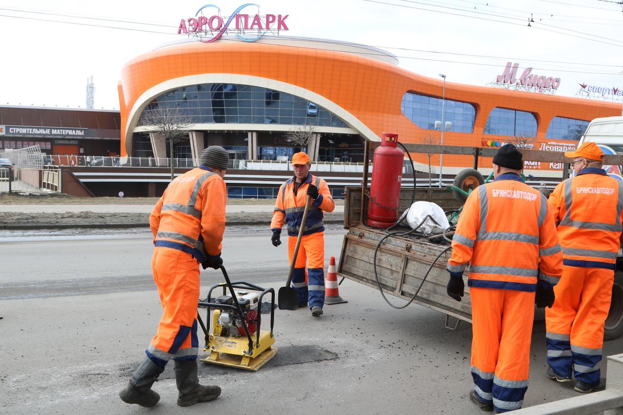 В Брянске начался ямочный ремонт дороги возле ТРЦ «Аэропарк»
