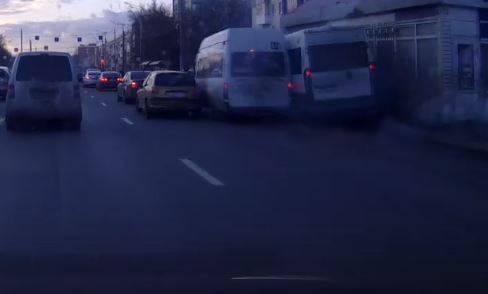 В Брянске сумасшедшие гонки маршрутчиков привели к ДТП