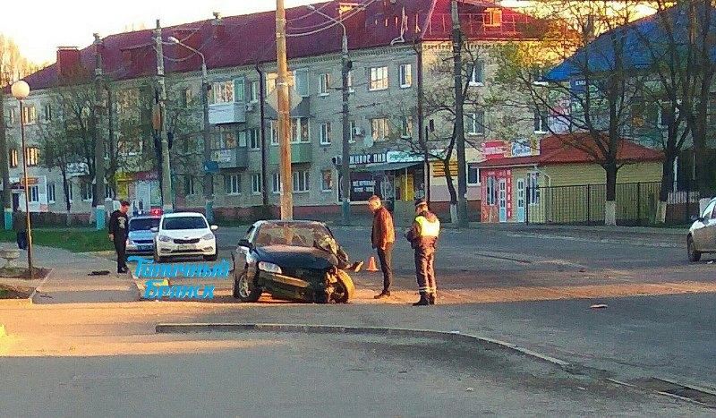 На снимках в соцсетях появился разбитый автомобиль