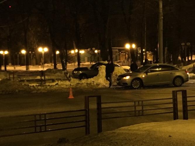 В центре Брянска столкнулись легковушка и полицейский автомобиль