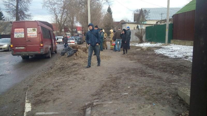 В Брянске маршрутка провалилась в люк: двое пострадавших