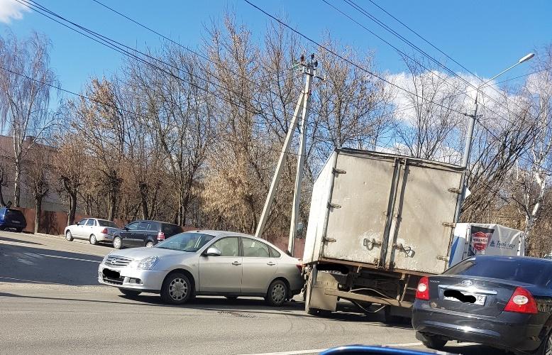 В Брянске на проспекте Станке Димитрова столкнулись грузовик и иномарка