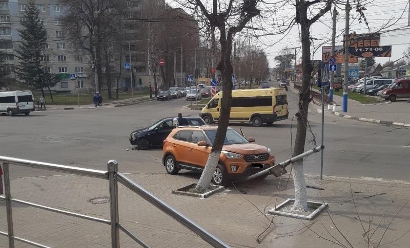 В Брянске возле БУМа иномарка вылетела на тротуар и врезалась в столб