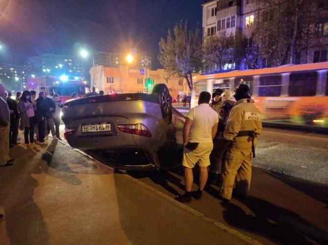 В Брянске в результате серьезного ДТП перевернулась иномарка