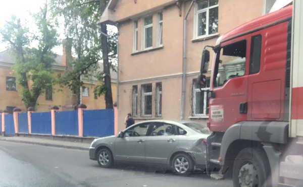 В Брянске на Почтовой грузовик врезался в легковушку