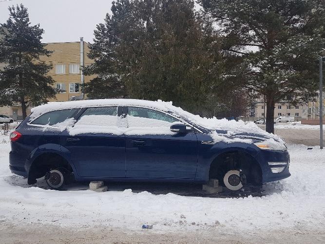 В Брянске возле детской областной больницы разули автомобиль