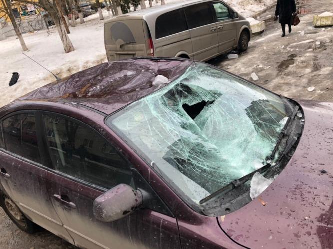В Брянске возле дома быта наледь разбила легковушку