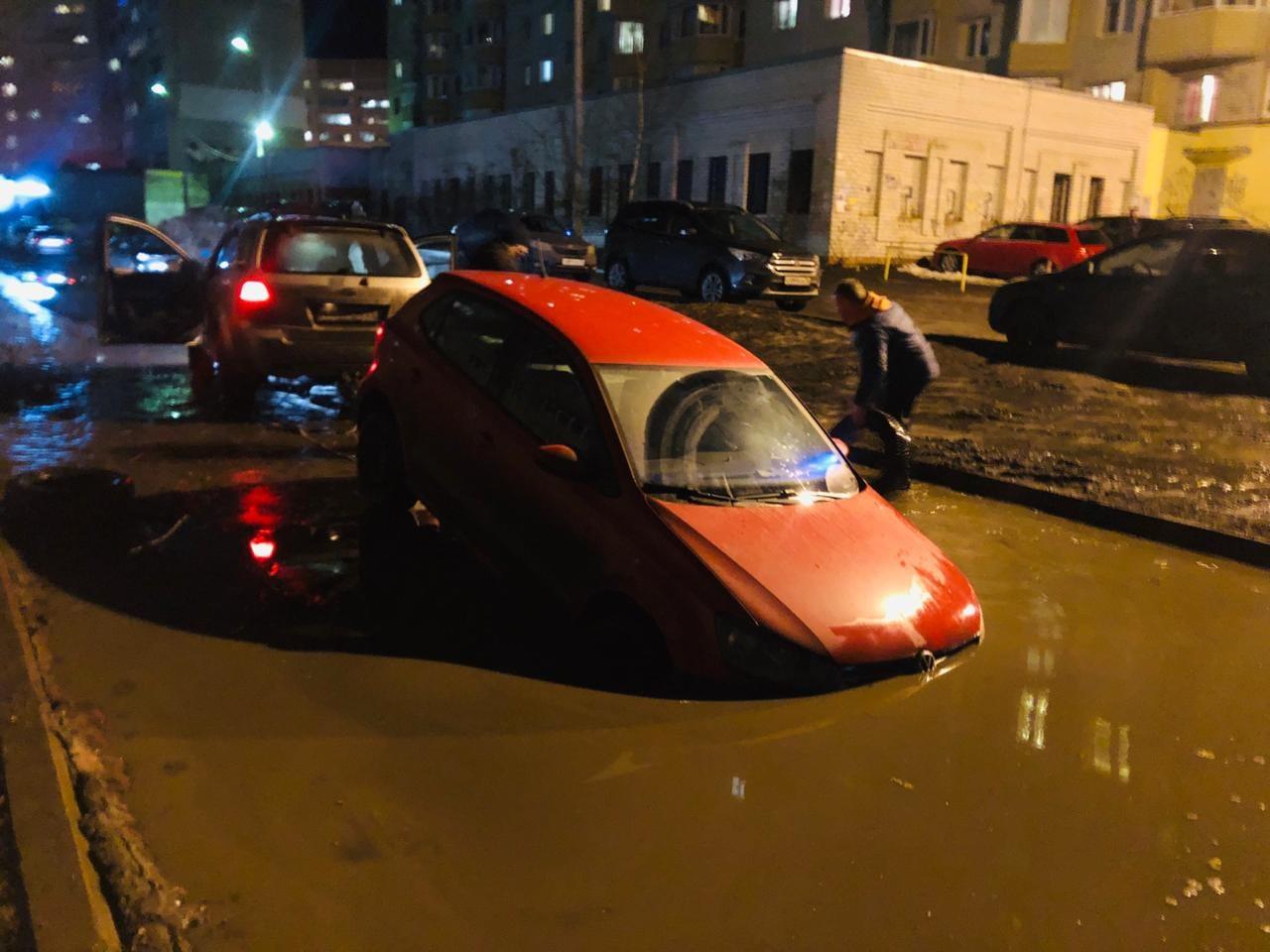 В Брянске снова утонули автомобили в яме на улице Медведева