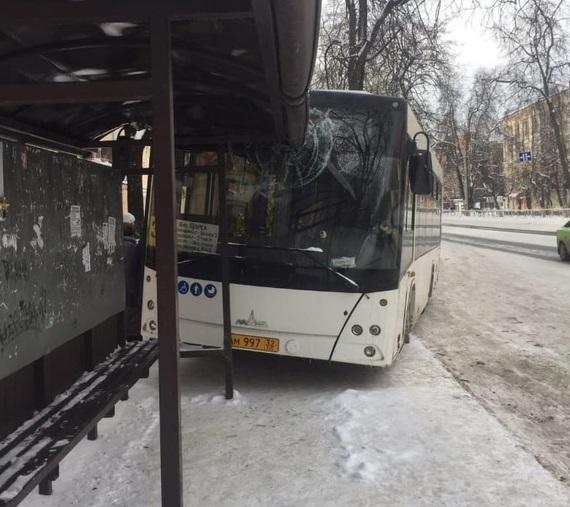 Автобус №31 врезался в остановку в Бежицком районе Брянска
