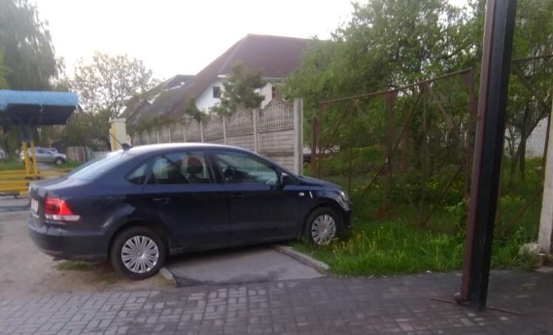 В Брянске автохам возмутил горожан беспардонной парковкой
