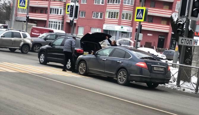 В Брянске на Бежицкой столкнулись две легковушки
