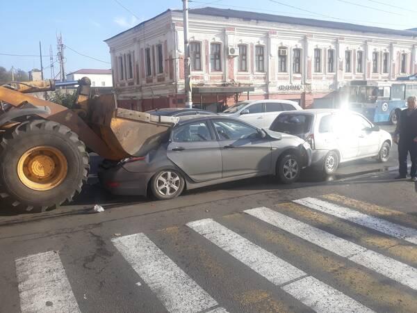 В Брянске грейдер смял легковушку в массовом ДТП на Набережной