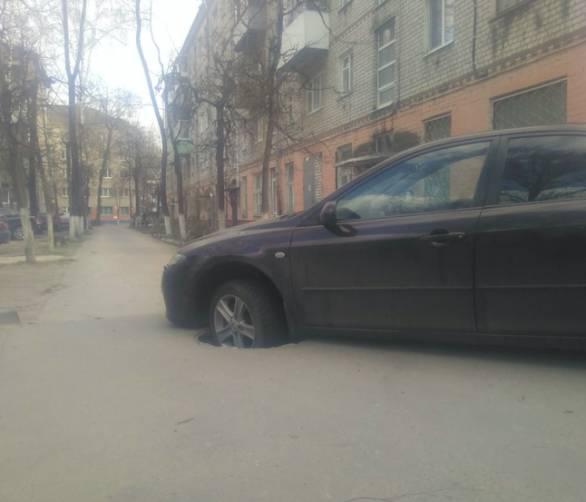 В Брянске автомобиль провалился в люк