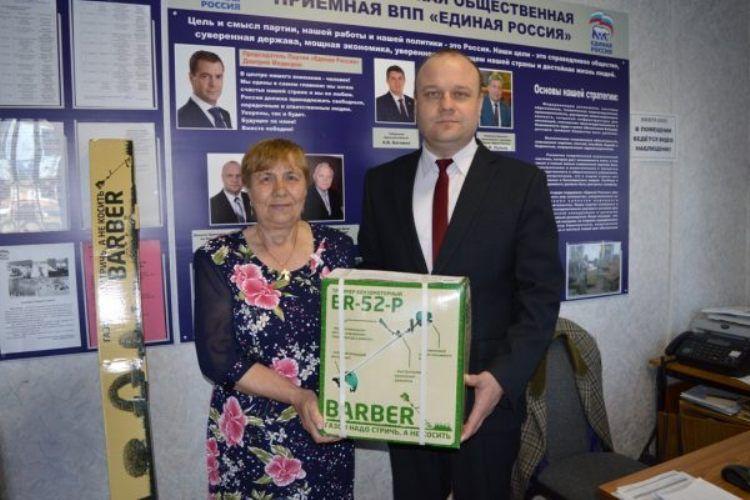 Новозыбковской женщине, срубившей 232 дерева, подарили бензокосу