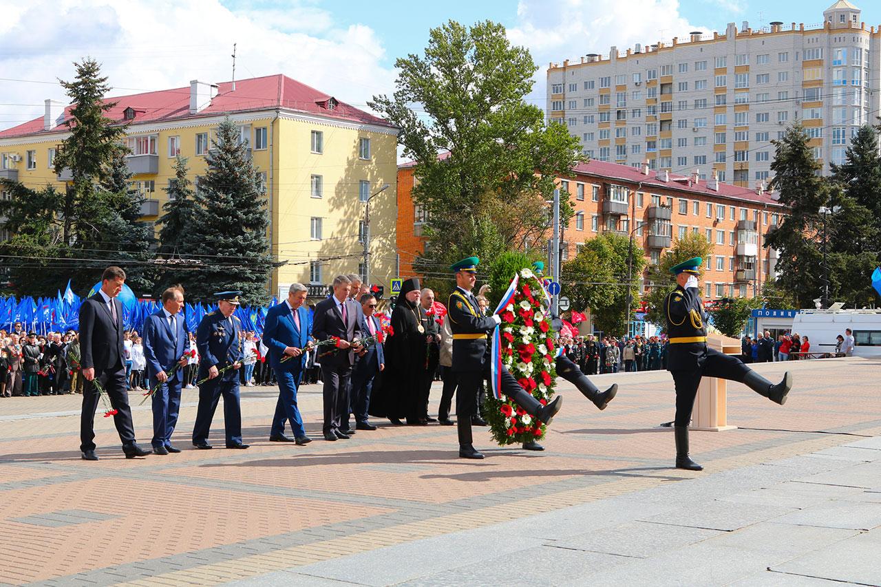 В Брянске на площади Партизан прошел торжественный митинг