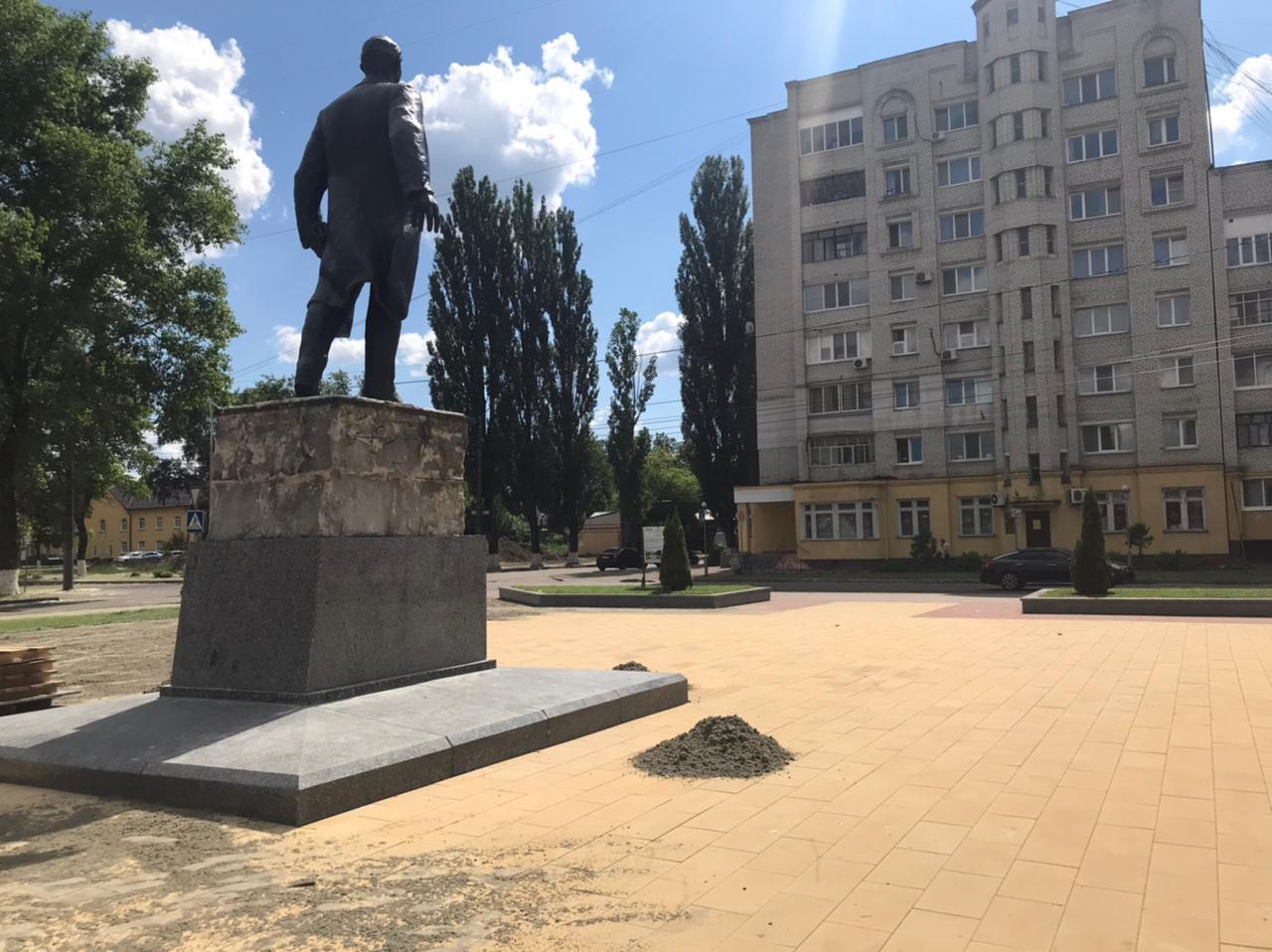 В Брянске завершается благоустройство сквера возле кинотеатра «Салют»