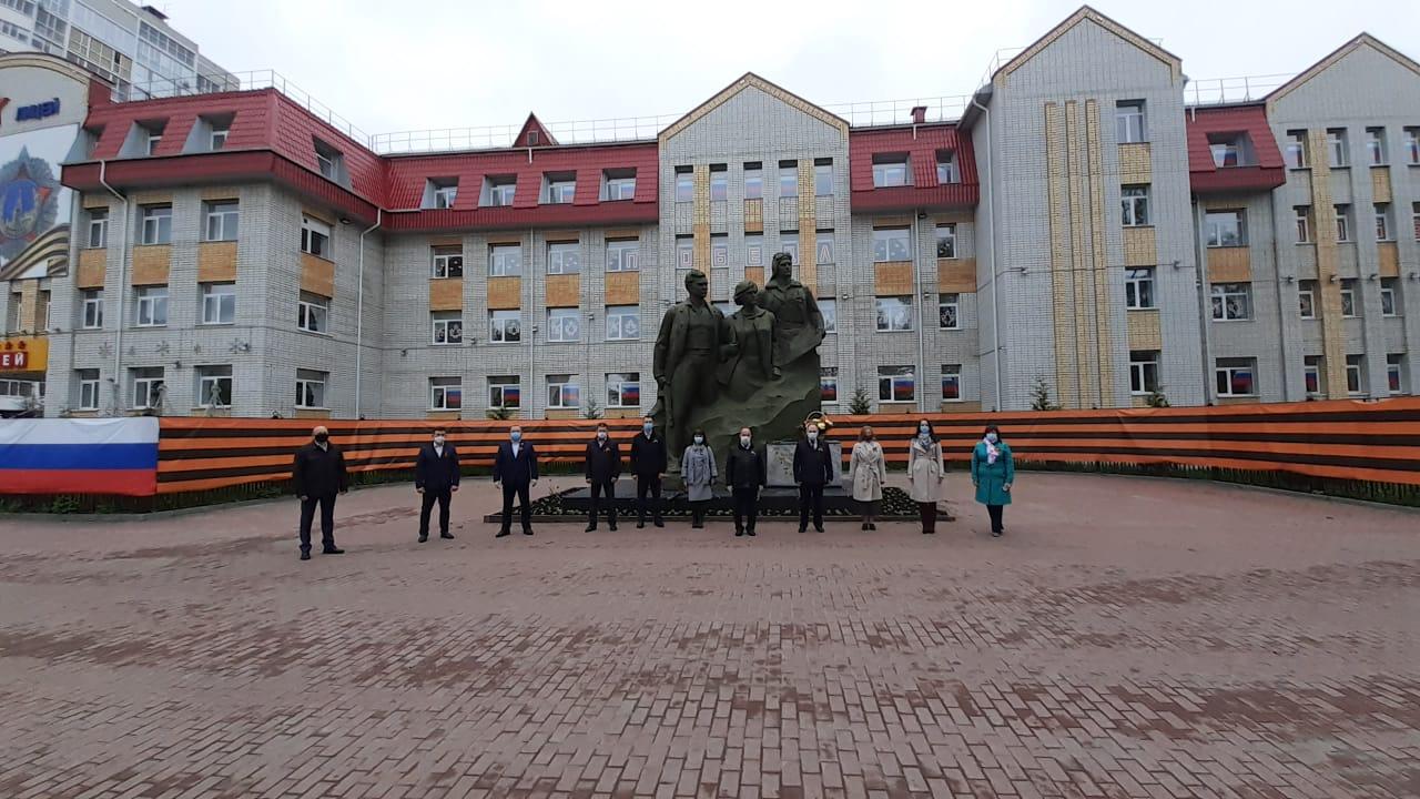 В Брянске состоялось возложение цветов кпамятникам имонументам