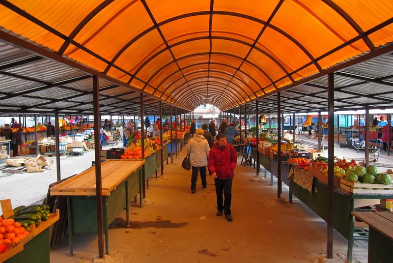 В Брянске тоскующие продавцы на рынках отчаялись дождаться покупателей