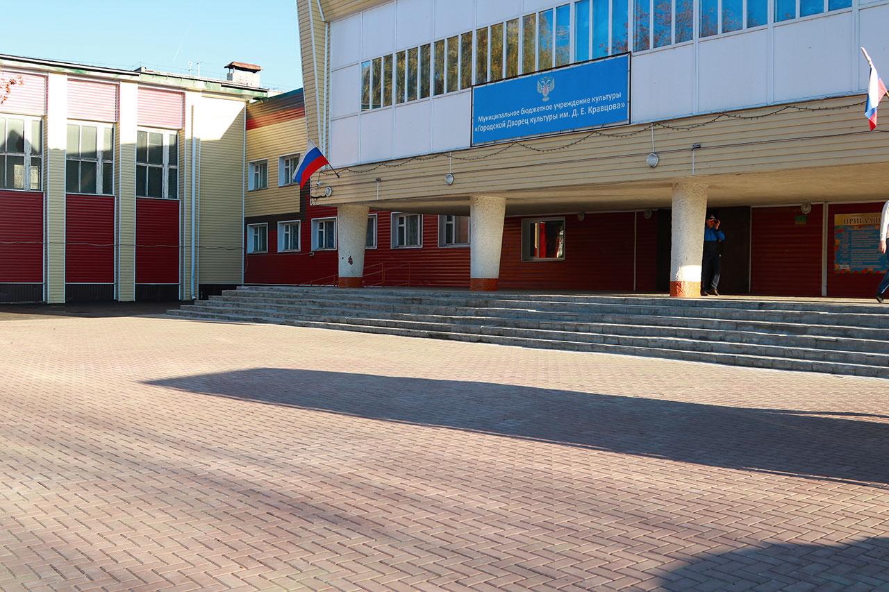 В Брянске возле ДК им. Кравцова избавились от разбитого асфальта