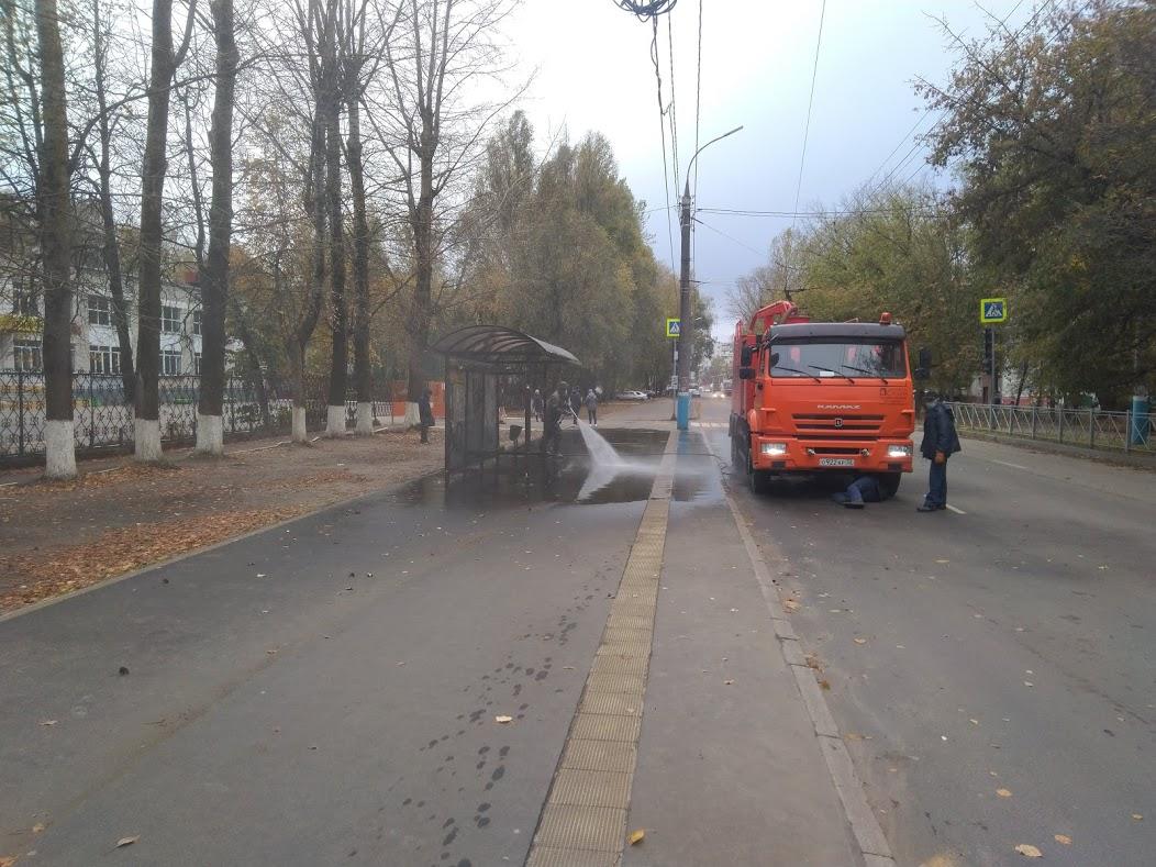В Брянске активно обрабатывают остановки