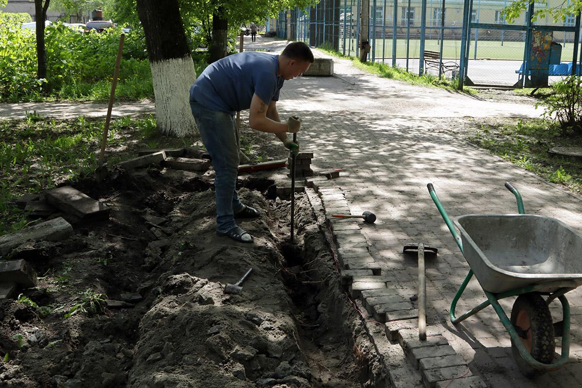 В Советском районе Брянска продолжили благоустраивать сквер Энергетиков