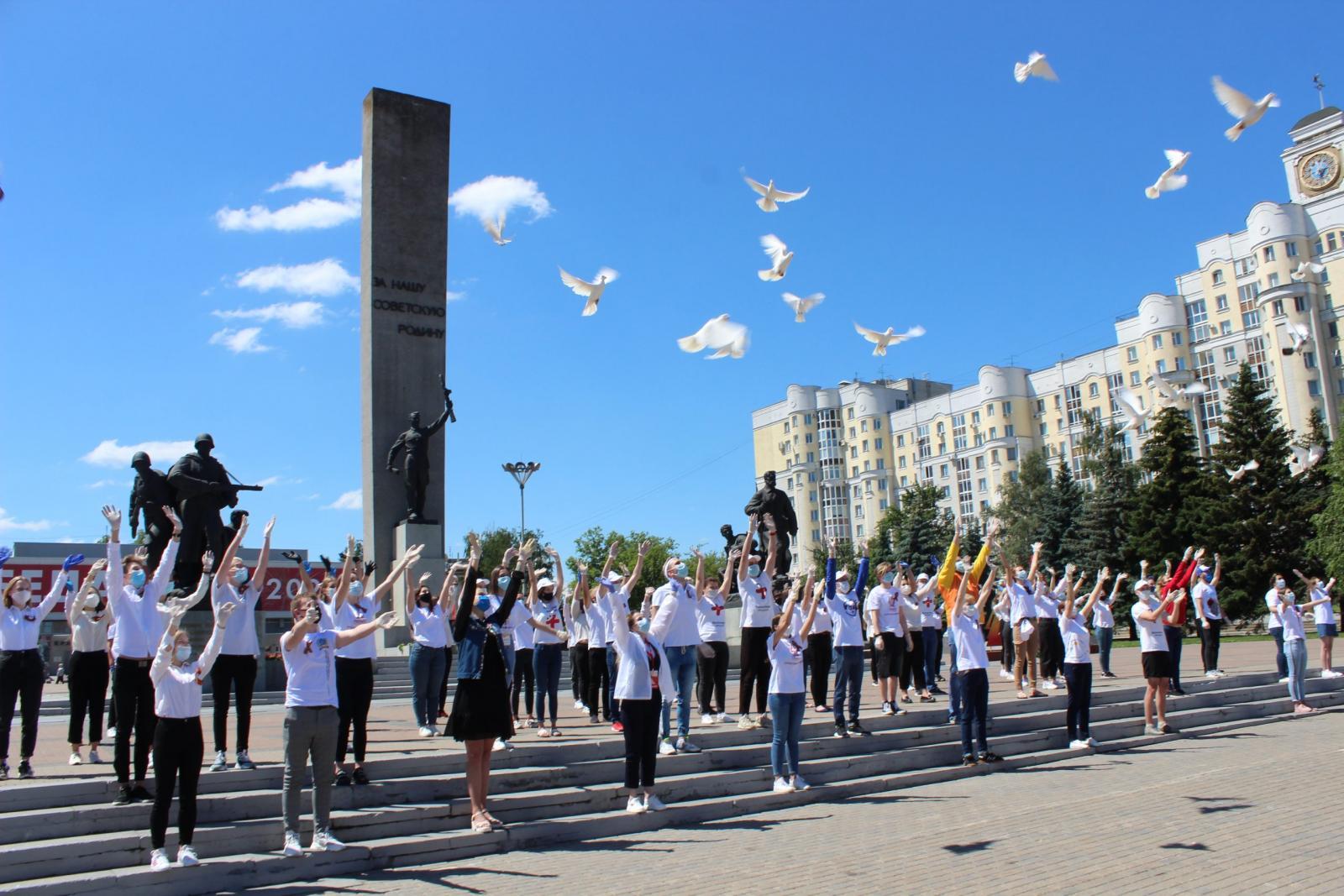 В Брянске 40 белых голубей взмыли в воздух