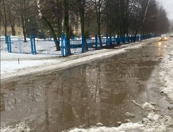 Дорога возле детской областной больницы ушла под воду