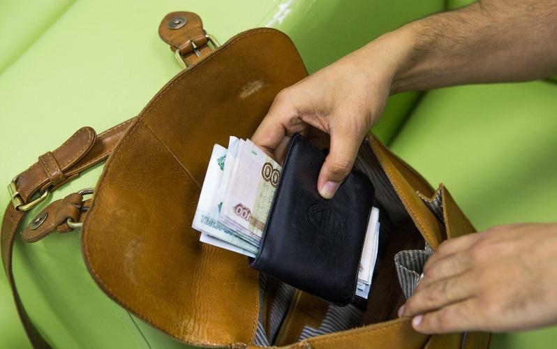 В брянском кафе у парня украли сумку с деньгами