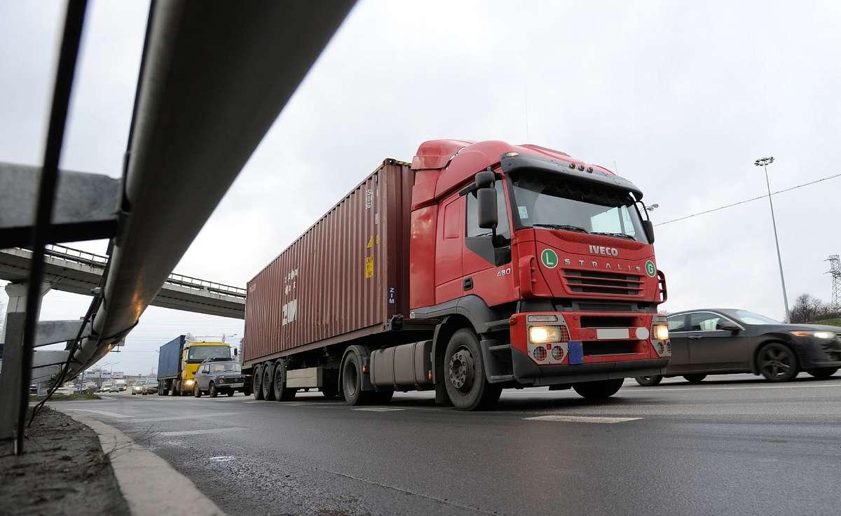В Брянске ограничили движение грузовиков, масса которых превышает 6 тонн