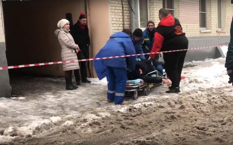 Появилось видео с истекающим кровью брянцем от падения льдины