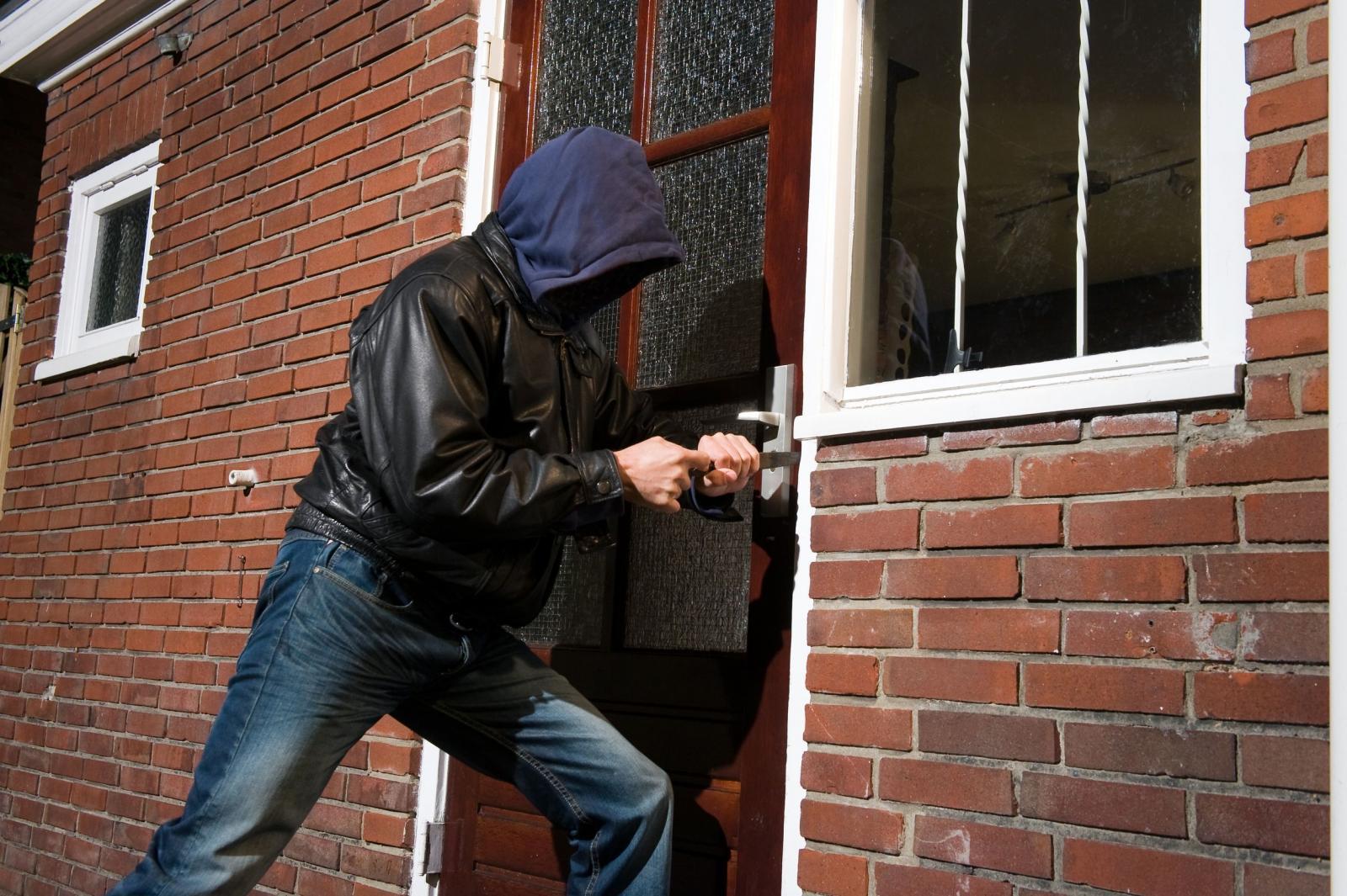 В Почепе уголовник украл у пенсионерки плиту, бензопилу и газовый котел