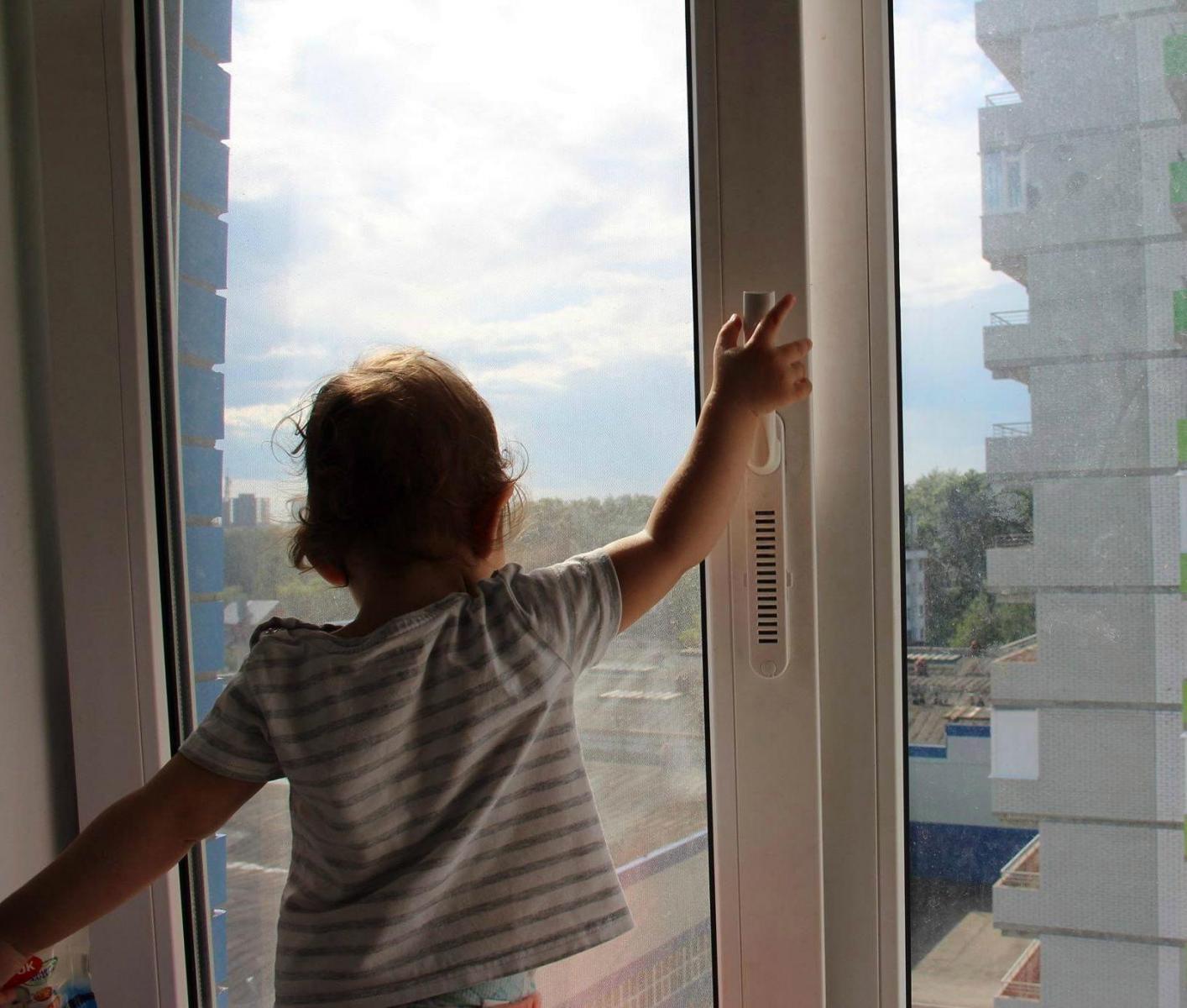 В Брянске 3-летняя девочка выпала из окна и разбилась насмерть