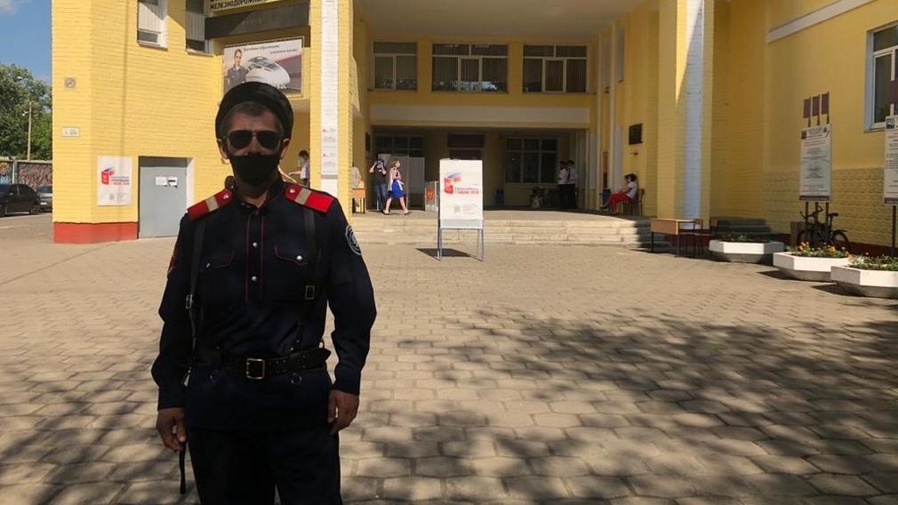 В Брянске полицейским на участках для голосования помогают казаки