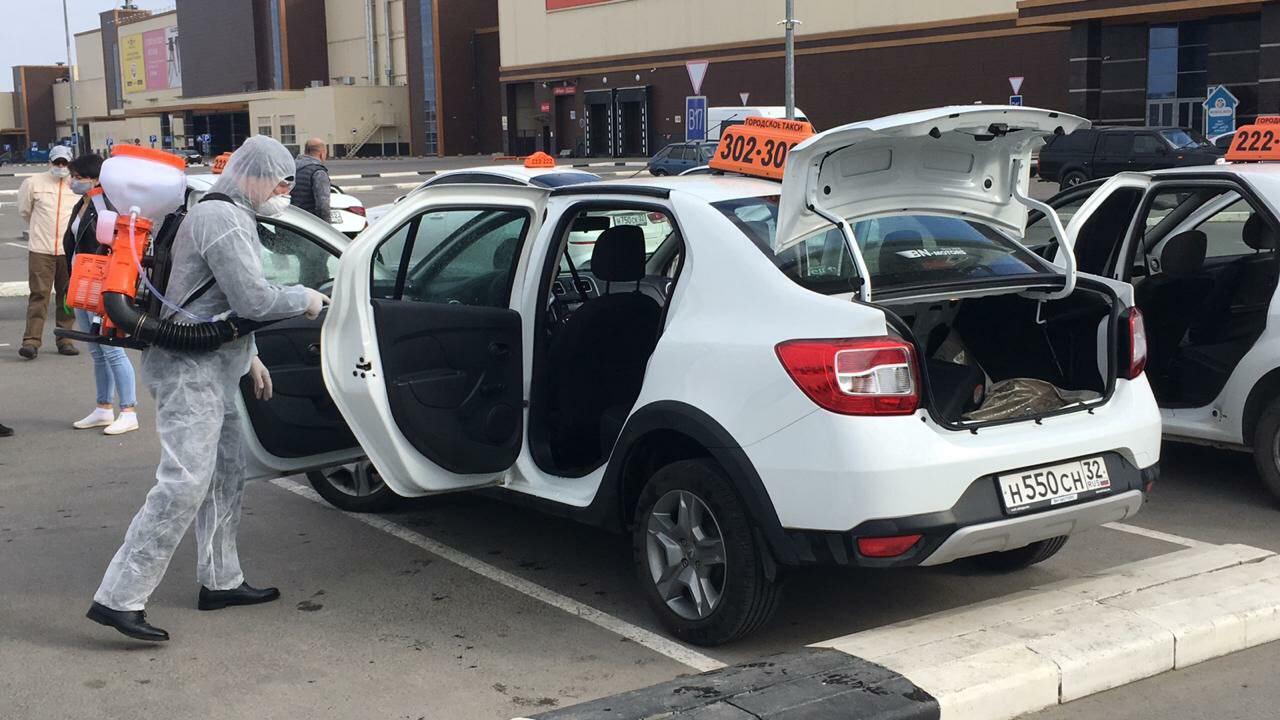 В Брянске дезинфицируют салоны такси