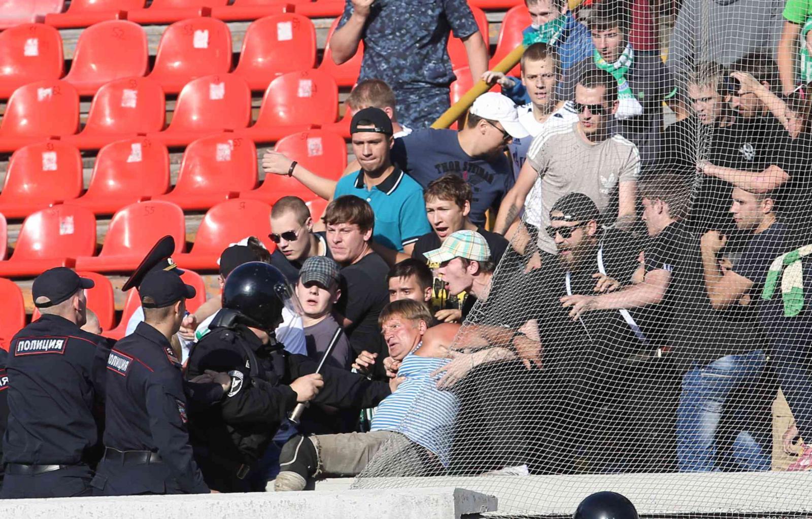 Наших бьют наМундиале: появилось видео побоища фаната с полицейскими