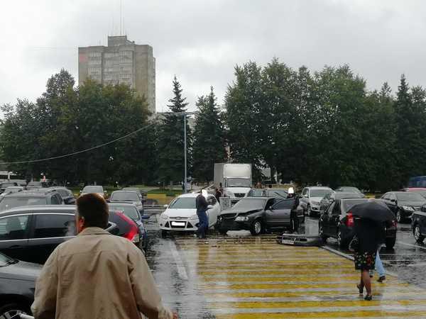 В Брянске на парковке около «Линии» произошло ДТП