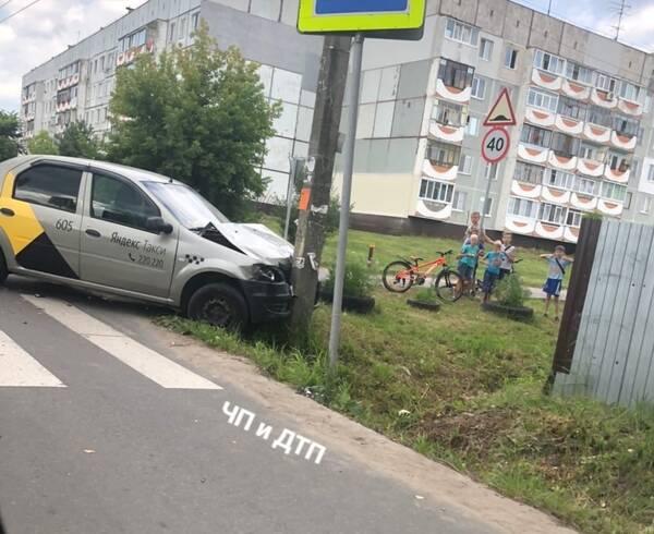 В Брянске водитель «Яндекс.Такси» влетел в столб