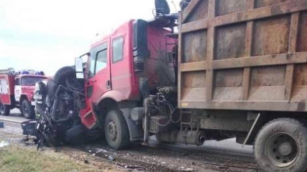 Под Брянском иномарка врезалась в грузовик, погибли три человека