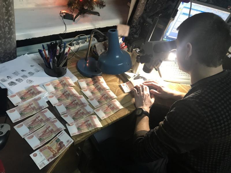 В брянском магазине мошенницы пытались расплатиться фальшивыми деньгами