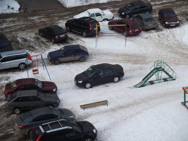 В Брянске опубликовали фото автохама, который оставил машину на детской площадке