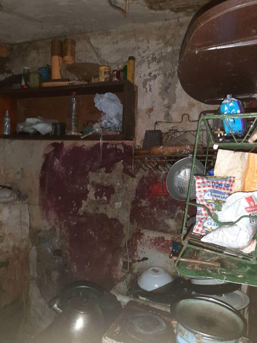 В грязной квартире нашли 4-летнюю девочку в жутком состоянии