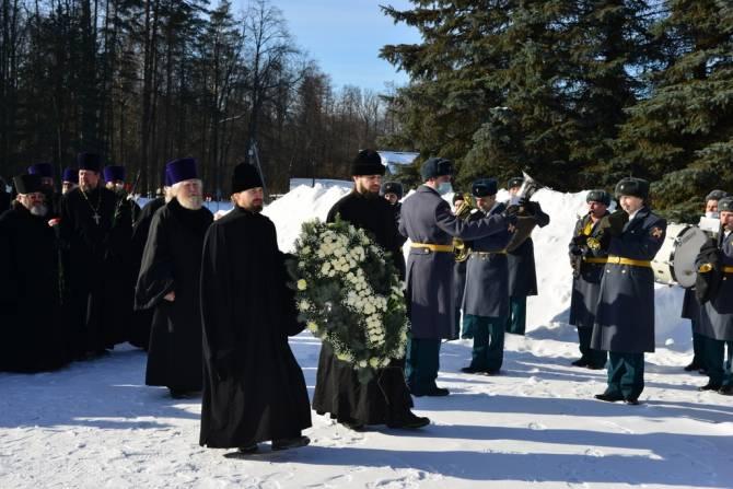 В Брянске у памятника воинам-водителям священники почтили память погибших солдат
