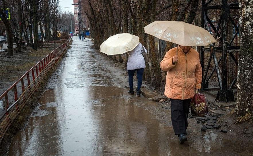 В Советском районе Брянска у школы №71 новый тротуар пришел в негодность