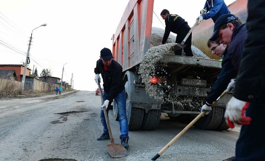 Жители брянских Клинцов начали самостоятельно ремонтировать дорогу