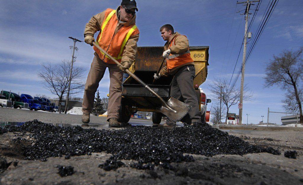 В Брянске начался ямочный ремонт дороги на улице Никитина