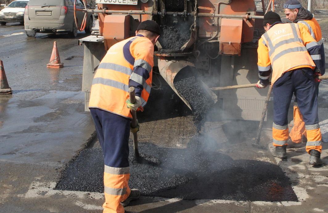 В Брянске продолжается ямочный ремонт дорог горячим асфальтом