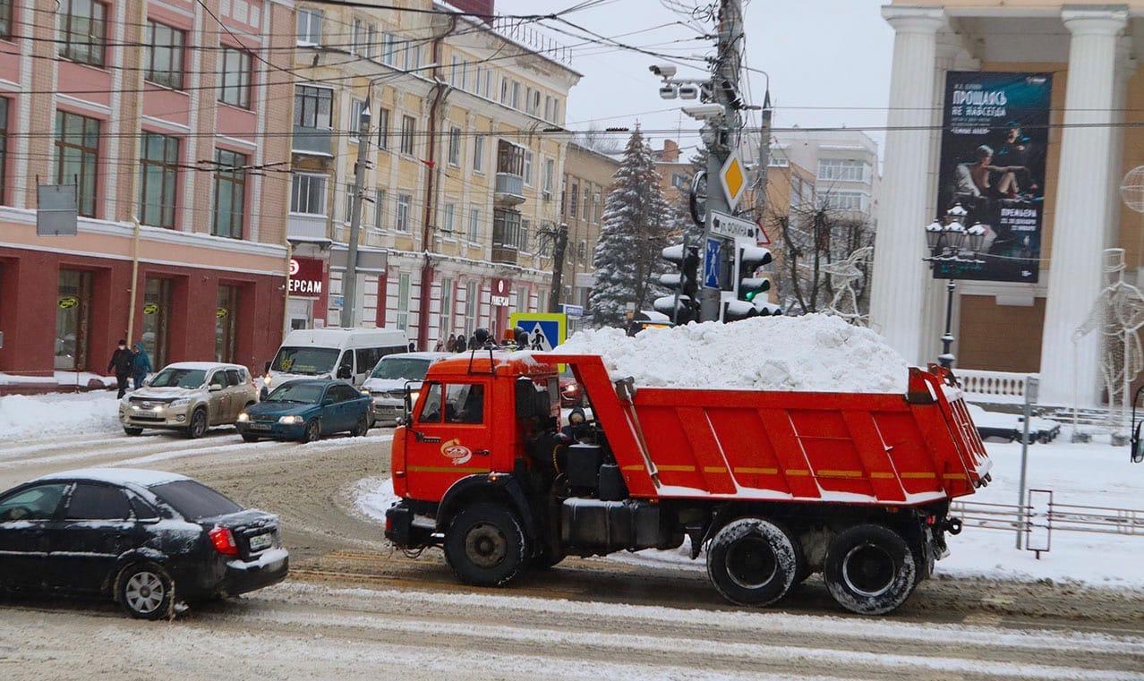 Со снегопадом на улицах Брянска борются 50 машин