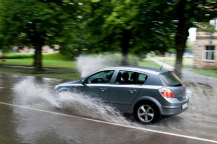 Брянским водителям рассказали, как правильно вести себя вдождь